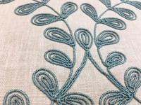 サックスブルーの刺繍のラインが素敵なナチュラル素材の生地