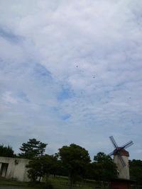 中田島砂丘の空にパラグライダーと大凧