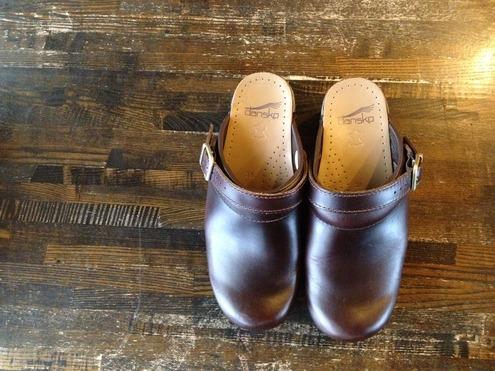 履きやすく足や腰への負担を取り除いた靴としての機能性、そしてデザインの両方に優れているのが愛されている理由なんでしょうね。